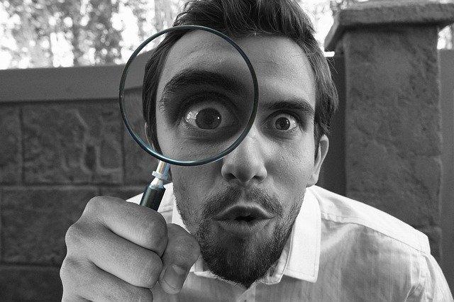 חוקר יכולות עם זכוכית מגדלת